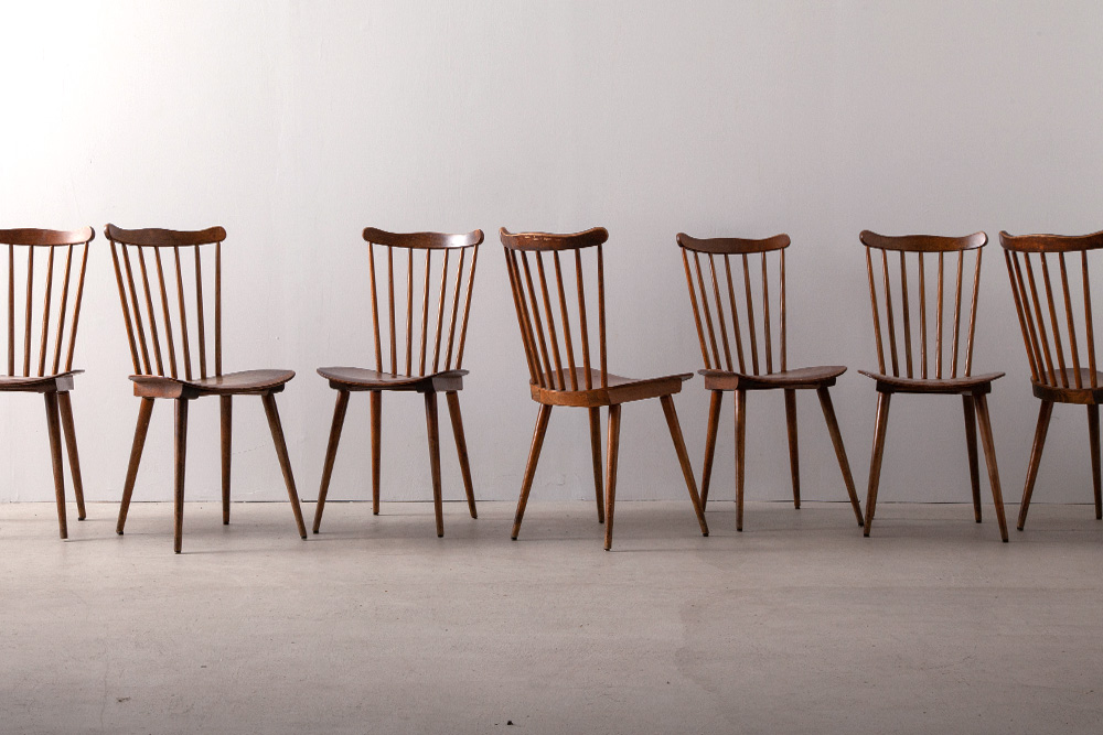 20 Windsor Cafe Chairs for BAUMANN France , 1950 1901年創業の、フランスを代表する家具メーカー BAUMANN(バウマン)社より、脚部に貫のないシンプルなウィンザータイプのカフェチェアです。 20脚の在庫あり、店舗などの設計案件へもご提案いただけます。 色味や質感は個体によって差があります。予めご了承下さい。 Stock : 20