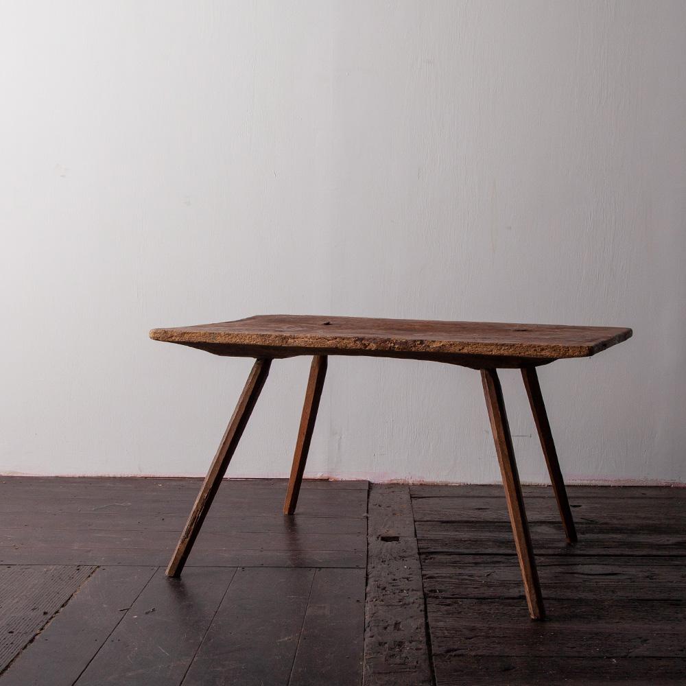 Italian Antique Primitive Woody Low Table Italy , Circa 1880s 1800年代後期のイタリアよりイタリアよりアンティークのプリミティブなローテーブル。 手彫りによる美しい仕上がりです。 ※天板に一部欠けがあります。