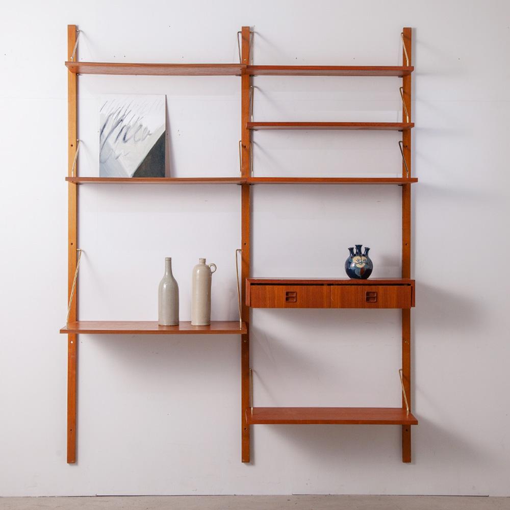 Danish Royal Wall System in Teak by Poul Cadovius Denmark , 1960s デンマーク、フレデリクスベルク生まれのデザイナー Poul Cadovius(ポール・ キャドビアス)による、チーク材のウォールユニットシェルフ。 3本の支柱、棚板7枚、ドロワーのセットとなります。