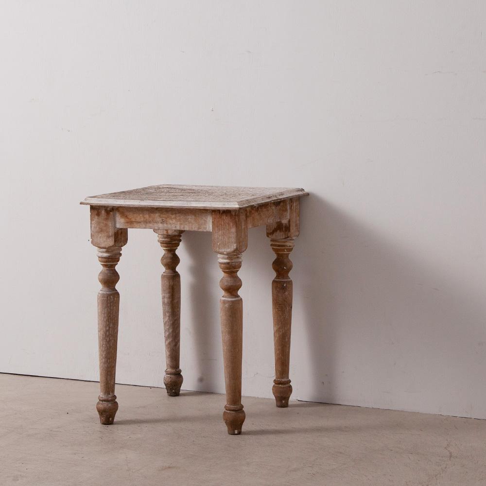 Rustic Side Table in White and Wood Unknown , 1920s 天板の繊細な柄やデザインされ脚が特徴的なサイドテーブル。 経年により掠れた白が良い雰囲気です。 サイドテーブルとしては勿論、花台や荷物置きとしてもご使用いただけます。