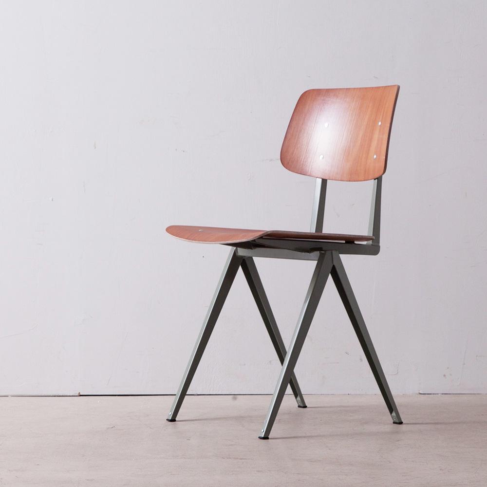 Model S.16 Chair in Brown and Cement Gray for GALVANITAS インダストリアルチェア「Model S16」は1950年代後半から60年代初めに、学校、オフィス、病院、ダイニングホールなどの公共施設でのヘビーユーズに耐えられるよう、安価で実用性と耐久性が織り込まれたデザインとして製作されました。 その後、オランダ国内の数多くの施設へと広がり、同社の代表的な製品として認知された椅子の一つです。 その後、一度は生産停止となったものの、ヴィンテージとして世界中にファンを持つS16は、2014年に生産を再開。Jean Prouve , Wim Rietveld , Friso Kramerらの工業製品の流れを汲んだシンプルで工業的な外観と豊富なカラーバリエーションが、時代や環境を超越し、住宅から商業施設、様々な空間で使用されています。 配色は、6種類の「カラーバリエーション」からお選びいただけます。