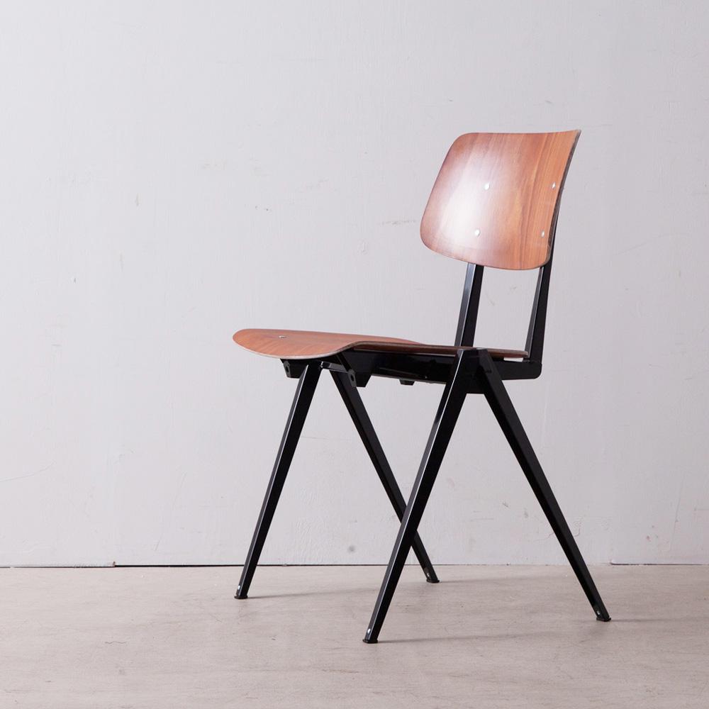 Model S.16 Arm Chair in Brown and Black for GALVANITAS インダストリアルチェア「Model S16」は1950年代後半から60年代初めに、学校、オフィス、病院、ダイニングホールなどの公共施設でのヘビーユーズに耐えられるよう、安価で実用性と耐久性が織り込まれたデザインとして製作されました。 その後、オランダ国内の数多くの施設へと広がり、同社の代表的な製品として認知された椅子の一つです。 その後、一度は生産停止となったものの、ヴィンテージとして世界中にファンを持つS16は、2014年に生産を再開。Jean Prouve , Wim Rietveld , Friso Kramerらの工業製品の流れを汲んだシンプルで工業的な外観と豊富なカラーバリエーションが、時代や環境を超越し、住宅から商業施設、様々な空間で使用されています。 配色は、2種類の「カラーバリエーション」からお選びいただけます。