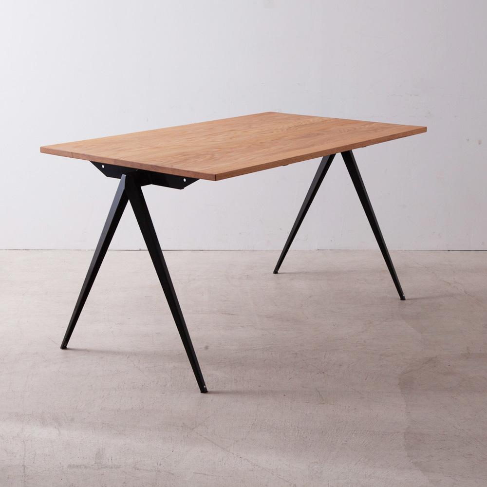 Model TD.4 Table in Black and Oak for GALVANITAS インダストリアルチェア S.16とのマッチングデザインとして製作されたダイニングテーブル Model TD.4。 印象的なコンパス型の脚部(スチール)に天然木の天板を使用したシンプルで工業的な外観は一般家庭や公共施設のテーブル、オフィスデスクなど幅広い汎用性があります。 写真は、ブラックのスチールレッグ × オーク無垢材の天板を組み合わせた、スモールサイズ(W1400 D800 H755mm)タイプとなります。 スチールレッグ:5種類の「カラーバリエーション」からお選びいただけます。 天板の材質:「オーク無垢材」または「ウォールナット無垢材」からお選びいただけます。 サイズ:「W1400 D800 H755mm」または「W1800 D850 H755mm」からお選びいただけます。